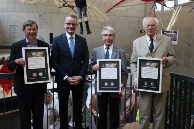 Horst Schwenzer (Vorsitzender Otto Lilienthal Verein), Wolfgang Wrzesniok-Roßbach (Degussa), Dieter Kallbach (Flugkapitän Lady Agnes), Dr. Joachim Grenzdörfer (DGLR)