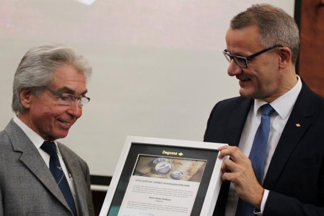 Wolfgang Wrzesniok-Roßbach (rechts), Sprecher der Degussa-Geschäftsführung, überreicht Dieter Kallbach den Gedenk-Thaler in Silber